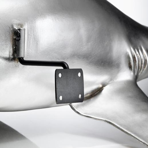 Die mitgelieferte Aufhängung ist so konstruiert, dass Ihre Hai-Trophäe vor der Wand zu schweben scheint.
