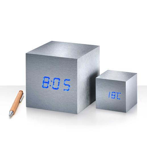 LED-beleuchtete Ziffern zeigen abwechselnd Uhrzeit, Datum und Temperatur an.