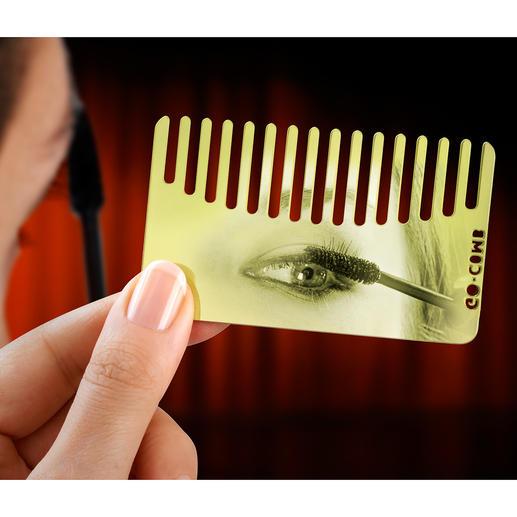 Die hochglanzpolierte Seite des Messing-Kamms ist beim Auffrischen von Lippenstift und Wimperntusche ein idealer Spiegel-Ersatz.