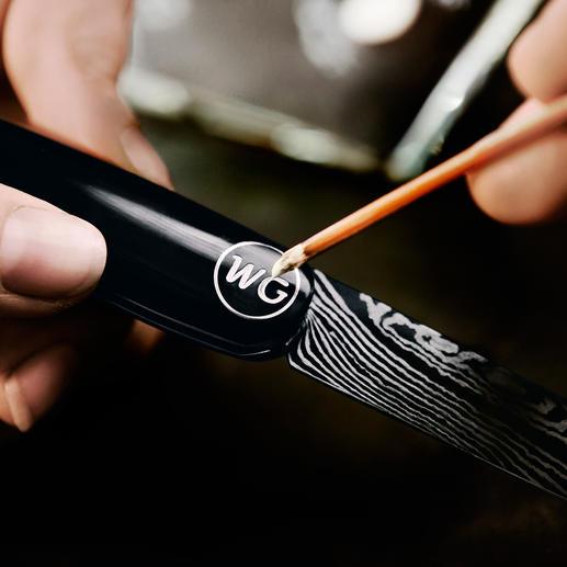 Für die tiefschwarzen Griffschalen wird eigens für Nesmuk entwickelter Feinlack verwendet. Auf Wunsch werden die Initiale aus dem vollen Lack gefräst.