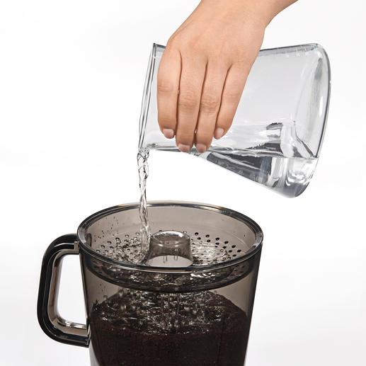 Durch den Locheinsatz gegossen, lässt das Wasser das Kaffeepulver vollständig quellen.