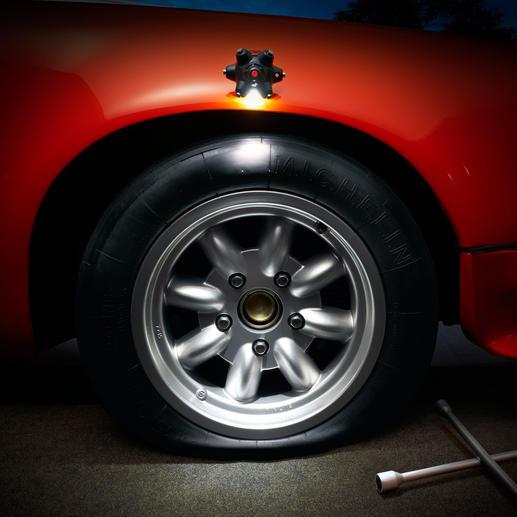 Die perfekte Hilfe beim Reifenwechsel. Haftet auch an der Motorhaube, dem Stromkasten oder Kellerregal, … - einfach an jeder ferromagnetischen Oberfläche.