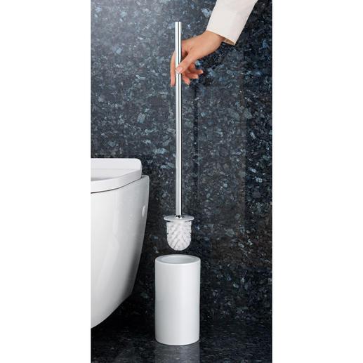 WC-Bürstengarnitur mit extralangem Stiel - Angenehmerer Abstand. Und kein tiefes Bücken mehr. Hygienisch im Halter eingeschlossen.