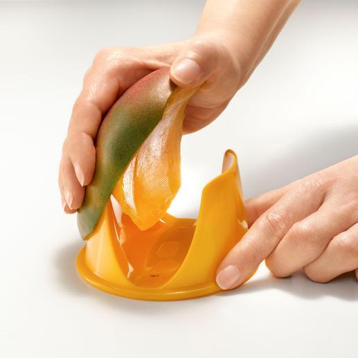 Zum Schälen führen Sie die Mango-Hälfte einfach an der Kante der Halterung entlang.