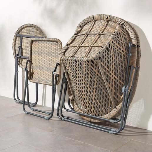 Durch Lösen zweier Klammern lassen sich die Sessel falten und ineinander gestapelt wegpacken.