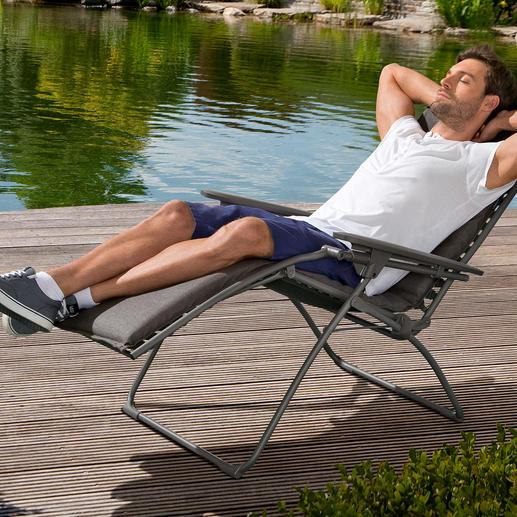Anders als bei herkömmlichen Lounge Chairs lassen sich Rücken- und Fussteil hier stufenlos neigen.  Statt an Gummischnüren ist der Bezug an 52 dauerhaften Kunststoff-Clips aufgehängt.