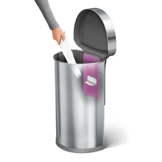 In dem praktischen Staufach sind neue Müllbeutel direkt einsatzbereit.