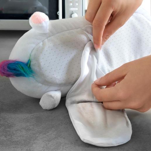Mit wenigen Handgriffen platzieren Sie das Wärmekissen in der Sohle Ihrer neuen Einhorn-Hausschuhe.