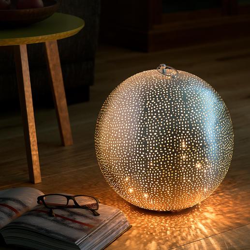 Orientalische Leuchtkugel Aus aufwändig handperforiertem Metall. Hunderte handgefräster Löcher verzaubern die silbrige Kugel.
