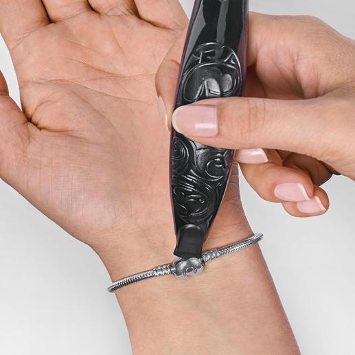 Ob Rechts- oder Linkshänder, das Armbandschliessen ist kein Problem mehr.