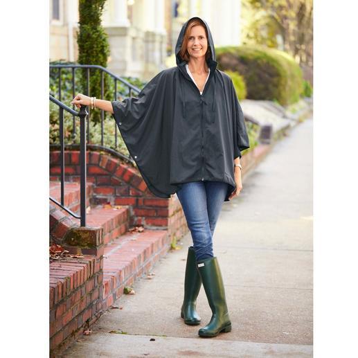 """Pocket-Regenponcho """"Sport-Style"""" Selten ist Regenschutz so chic und feminin. Der Pocket-Poncho mit Reissverschluss und Stehkragen-Kapuze."""
