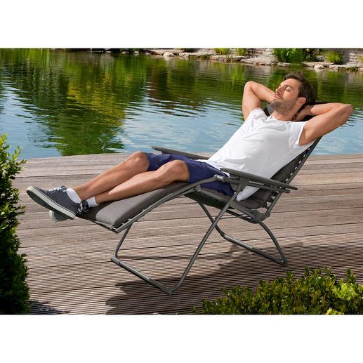 Anders als bei herkömmlichen Lounge Chairs lassen sich Rücken- und Fussteil hier stufenlos neigen.