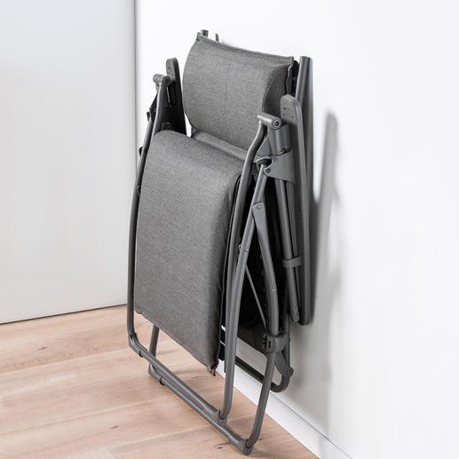 """Platzsparend zu verstauen: Zusammengeklappt misst diese Lafuma """"Evolution Comfort Liege"""" nur 69 x 23 x 96 cm (B x T x H)."""