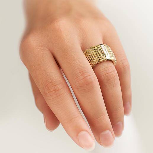 3D-Ring Aussergewöhnlich plastisch, unerwartet leicht: Silberschmuck in goldschimmernder Granulatstruktur.