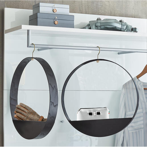 Hook Shelf Design aus Finnland: Kleiderbügel und Ablagefach in einem.