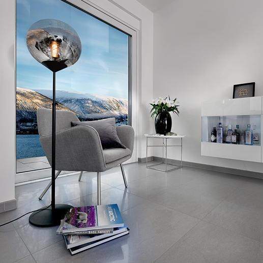 """Leuchte Drop Drei Trends in einer Leuchte: Mid Century-Style, getöntes Glas und volumiger Leuchtkörper. Die höhenverstellbare Stehleuchte """"Drop"""". Perfekt als Blickfang in modernem Ambiente."""