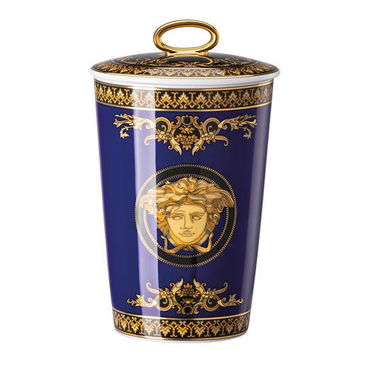 Versace Duftkerze Ganz typisch mit prachtvoll goldglänzendem Medusa-Motiv. Ein opulentes Fest für die Sinne.