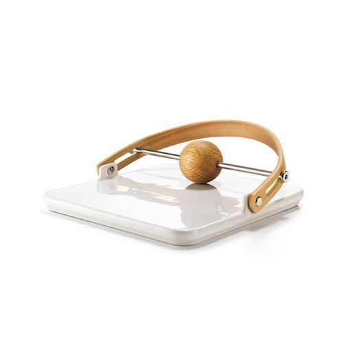Der Design-Serviettenhalter ist aus Eichenholz und Keramik gefertigt – ein edler Blickfang auf jedem Tisch.