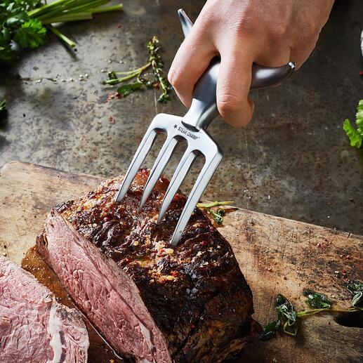 Mühelos spiessen Sie mit den starken Zinken auch schwergewichtige Fleischstücke auf.