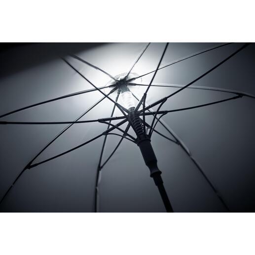 Beim Öffnen des Schirms schaltet sich die Beleuchtung automatisch ein und beim Schliessen – oder auf Knopfdruck – wieder aus.