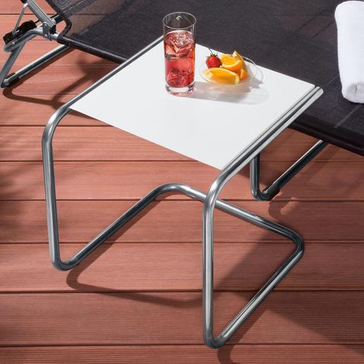 Anders als übliche Dreibein-Tische kann dieser C-Tisch nicht so leicht umfallen.