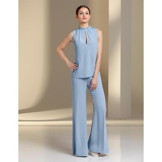 Pinko Seiden-Top oder Palazzo-Hose Eleganter, monochromer Komplett-Look, 3-fach trendgerecht: Pudriges Hellblau. Fliessende Stoffe. Weite Hosen-Form.
