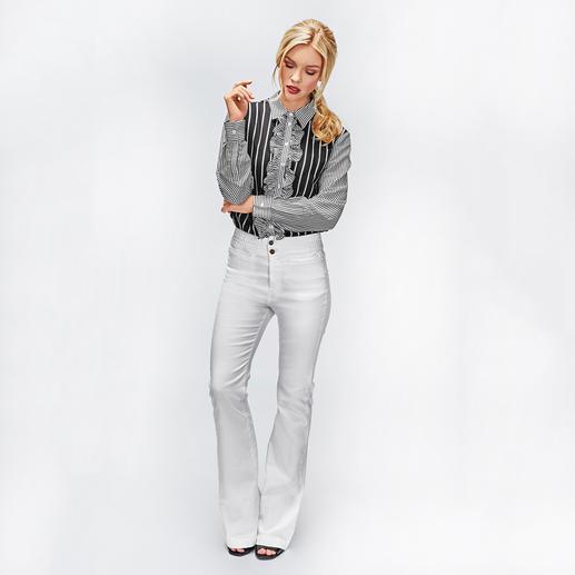 TWINSET Maritim-Rüschenbluse oder Flared-Jeans Mit Rüschenbluse und Flared-Jeans bringt TWINSET den Maritim-Look modisch ins Jahr 2018.