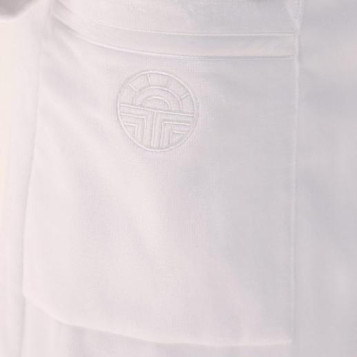 Dezente Eleganz - die beiden Taschen sind mit Satinpaspeln besetzt, auf der rechten Tasche befindet sich das Féraud-Logo.
