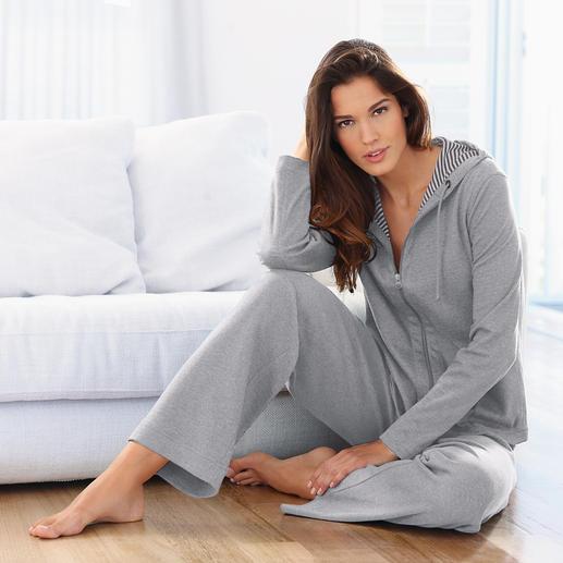 Mal tragen Sie den Homesuit mit grau-weiss geringelter Jacke… und mal mit uni grauer Seite Ton in Ton.
