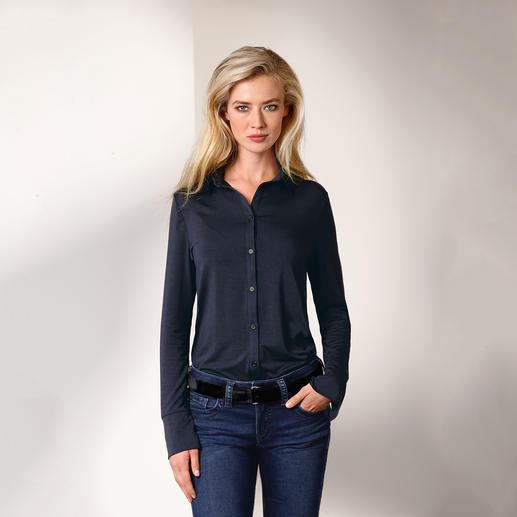 Die Long-Bluse aus seltenem Tencel™-Jersey. Bequem wie ein Shirt. Elegant wie eine Bluse. Nobler Glanz. Fliessender Fall. Brillante Farbe. Beständige Form.