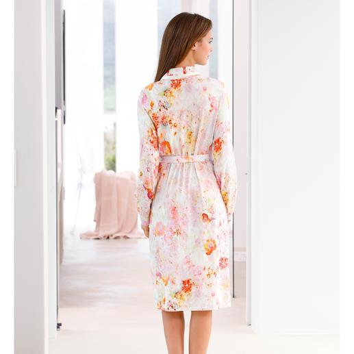 """Charmor Morgenmantel """"Blütenpracht"""" Selten stilvoll. Und doch aussergewöhnlich unkompliziert. Aus weichem Baumwoll-Modal-Wohlfühlstoff."""