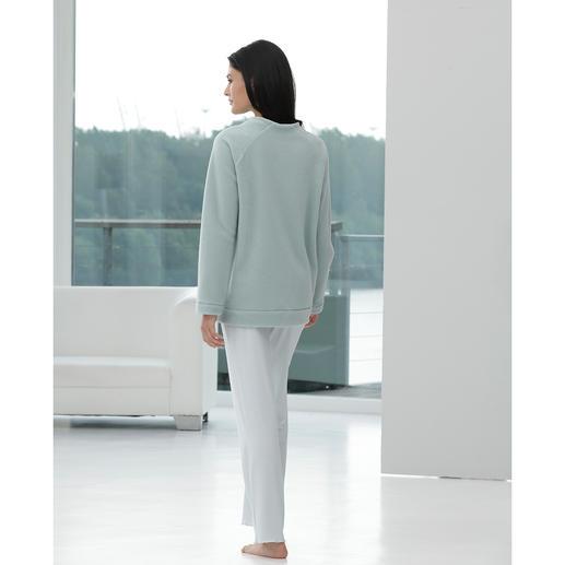 Modern-Loungewear-Anzug Zeitgemäss in Schnitt und Material: Fleece-Sweater und MicroModal®-Hose aus dem Atelier von Cornelie Weiss, Düsseldorf.