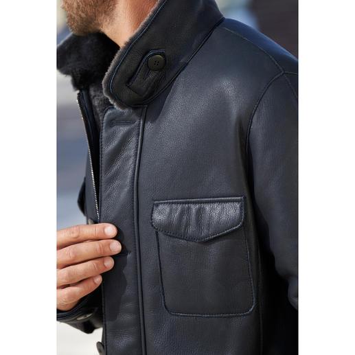 Lammfell-Fieldjacket Luxuriöses Merino-Lammfell. Angenehm leicht und wärmend.Vom Lederspezialisten HiSo von Hand in zeitgemässen Blau gefertigt.