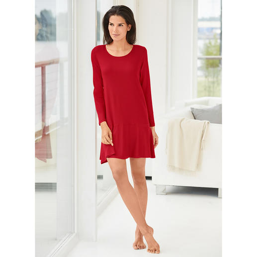 Novila Night & Day-Dress Modisches Rot. Schwingender Volant. Seidiger Glanz. Von Novila.