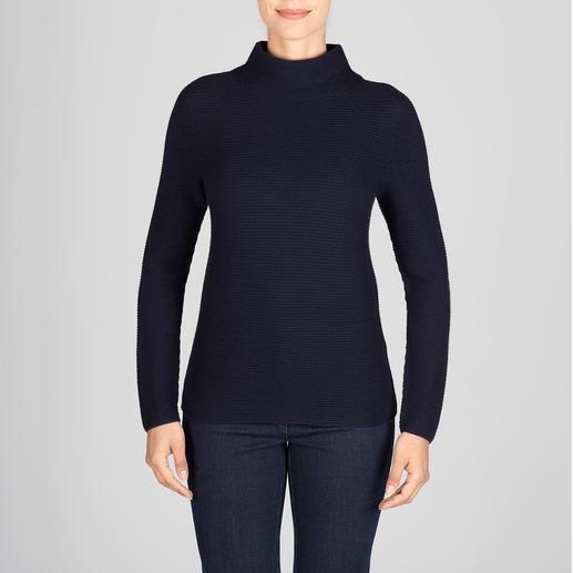 Aktueller Rippenstrick – aber aussergewöhnlich fein und feminin. Aktueller Rippenstrick – aber aussergewöhnlich fein und feminin. Der Pullover mit aktuellem Turtleneck-Kragen.