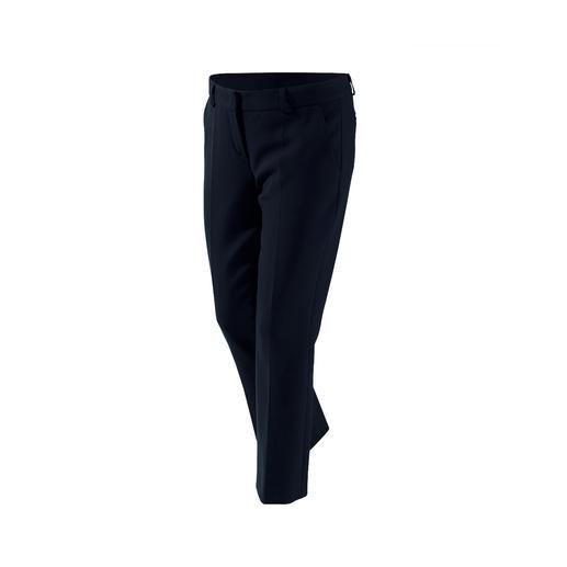 Dieses Basic-Trio wird Ihre Garderobe enorm bereichern. Von NVSCO. Blazer, Hose &  Kleid in zeitgemässem Schnitt, perfekter Passform und aus  kofferfreundlichem Material.