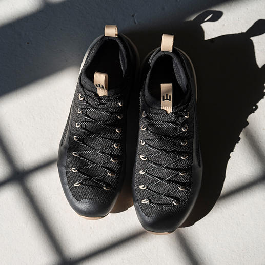 Der Schuh fürs Leben: einteilig konstruiert aus nahezu unverwüstlichem Kevlar. Mit der Möglichkeit zu Neubesohlung und Futter-Austausch. Für Damen und Herren.