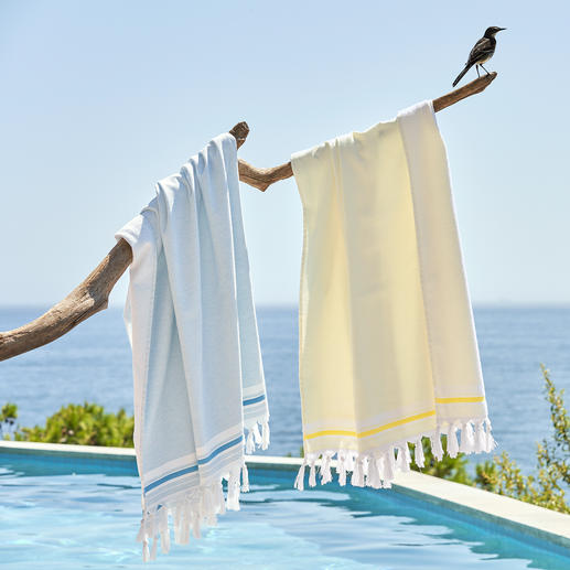 Hamam-Frottier-Tuch Das Badetuch mit drei Anwendungsmöglichkeiten. Aussen: ein schickes Hamam-Tuch. Innen: ein weiches Frottier-Tuch. Und ausgebreitet ein grosses Badetuch.