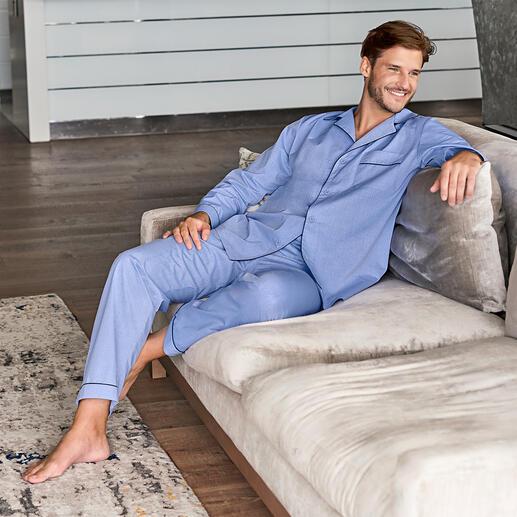 Der elegante, helle Gentleman-Pyjama. Ein Must-have jeder gepflegten Garderobe – gefunden bei Ambassador since 1867, Kopenhagen.