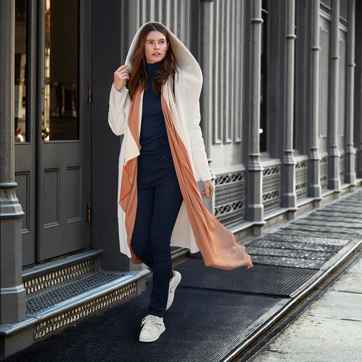 Der erschwingliche Designermantel vom italienischen Fake-Fur-Spezialisten Betta Corradi. Kaum von echtem Veloursleder zu unterscheiden.