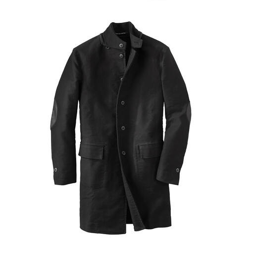 Der schwarze Mantel von Hannes Roether/Deutschland: langlebig und zeitlos schlicht im Stil. Traditionsreiches Deutschleder macht diesen Mantel so aussergewöhnlich strapazierfähig.