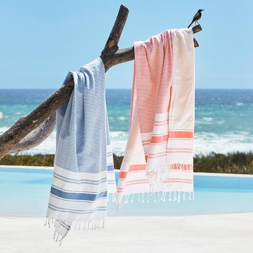 Das Tuch der unbegrenzten Möglichkeiten. Aussenseite: ein schickes Hamam-Tuch. Innenseite: ein weiches Frottier-Tuch. Ausgebreitet ein grosses Badetuch.