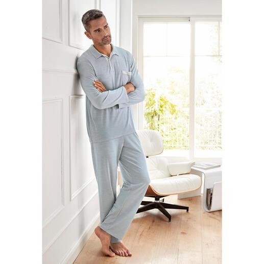 Der Pyjama mit den zwei guten Seiten. Aussen temperaturregulierender Schurwoll-Mix. Innen feuchtigkeitsabsorbierendes Modal.