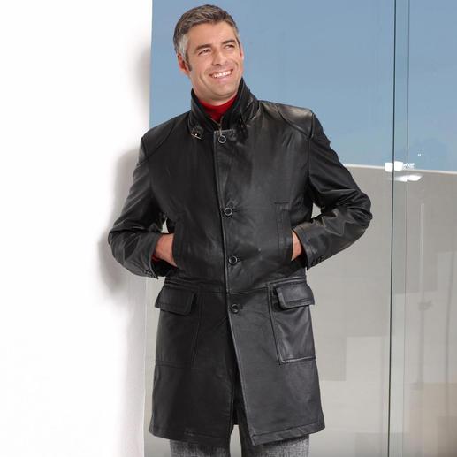 Klassisch gerade geschnitten passt der Mantel perfekt über Sakkos und dicke Winterpullover.