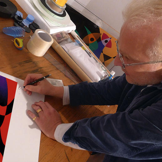 R. O. Schabbach übermalt und signiert jedes Exemplar von Hand.