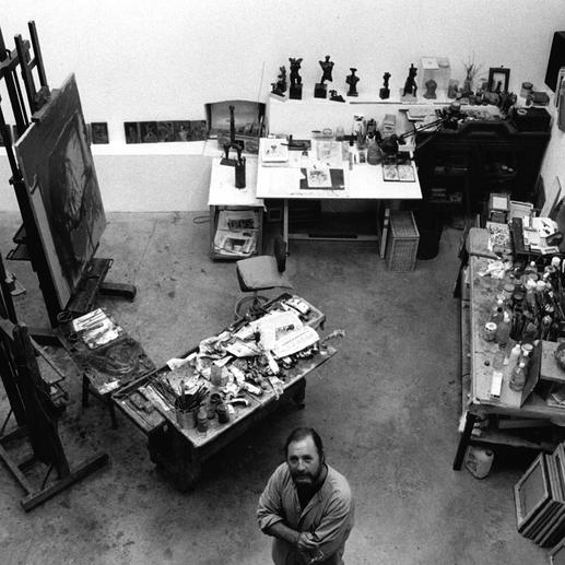 Der Künstler in seinem Atelier.