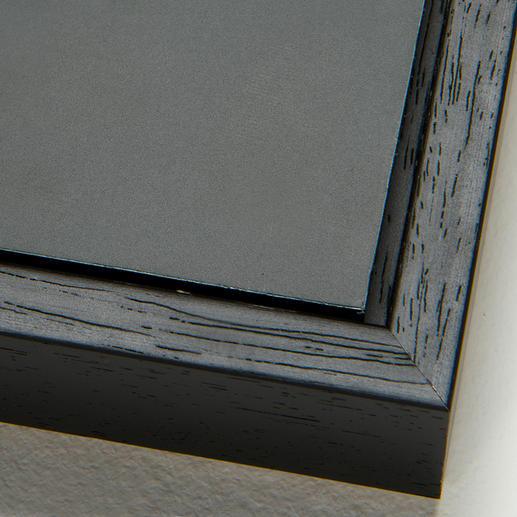 Bei der Schattenfugenrahmung wird die Aluminium-Platte mit einem 0,7 cm grossen Spalt von einer schwarzen Holzleiste umrahmt (inkl. Aufhängung an der Rückwand).