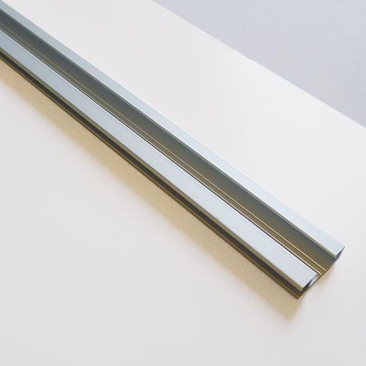 Die Metallschiene auf der Rückseite sorgt für eine sichere Aufhängung.