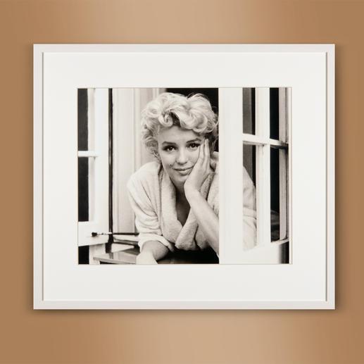 "Sam Shaw – Marilyn im Fenster I 2012 Das Lieblingsfoto des berühmten Fotografen Sam Shaw. ""Marilyn im Fenster I"" 2012: Erstmalig als Edition auf hochwertigem Baryt. 40 Exemplare. Masse: gerahmt 72 x 63 cm"