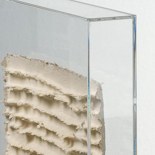 """Die """"Schrifttafel"""" – geschützt hinter Glas – ist bis zu 2,5 cm tief."""